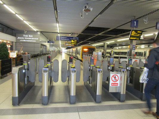 Fahrkartenschranken unmittelbar an den Gleisen