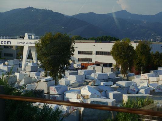Weiße Marmorblöcke in Carrara