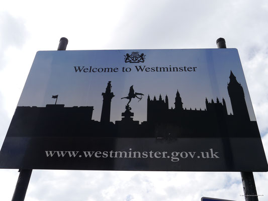 Schild am Ende der Westminsterbridge