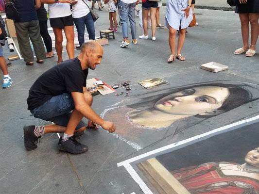 Straßenkünstler erschafft gerade La Donna Velata von Raphael