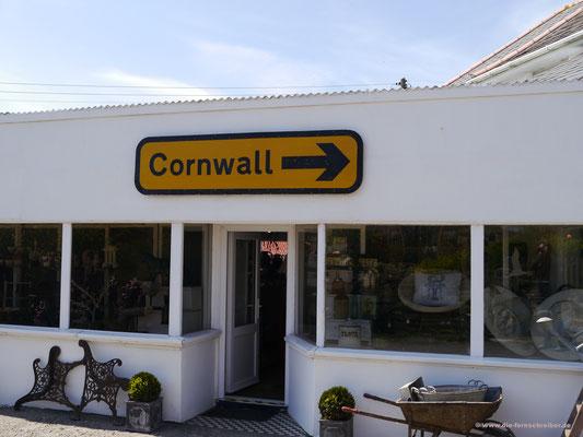 Der Souvenirladen unweit des Parkplatzes erinnert daran, dass wir uns in Cornwall befinden...
