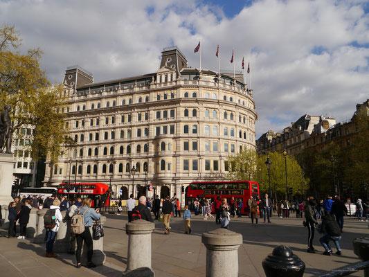 Eindrucksvolle Gebäude rund um den Platz