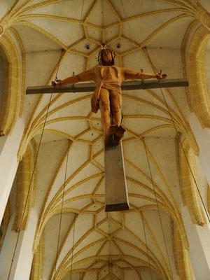 überdimensionales Kreuz vor dem Altarraum