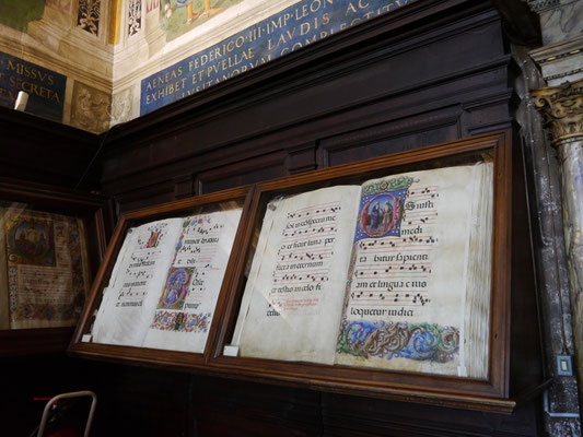 Große Chorbücher hinter Glas
