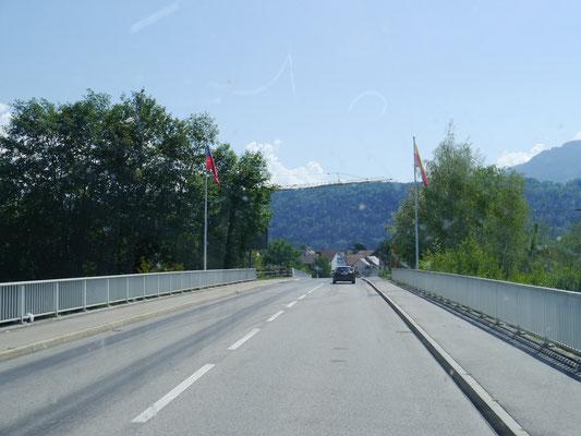 Flaggen von Liechtenstein (links) und Ruggell (?) rechts an der Rheinbrücke