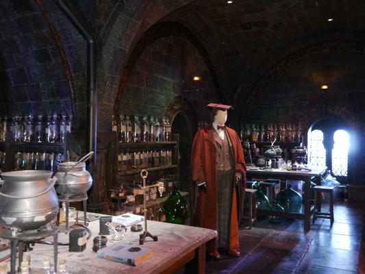 Snapes Nachfolger Prof. Slughorn im Klassenraum