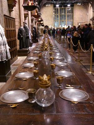Stilecht gedeckter Tisch