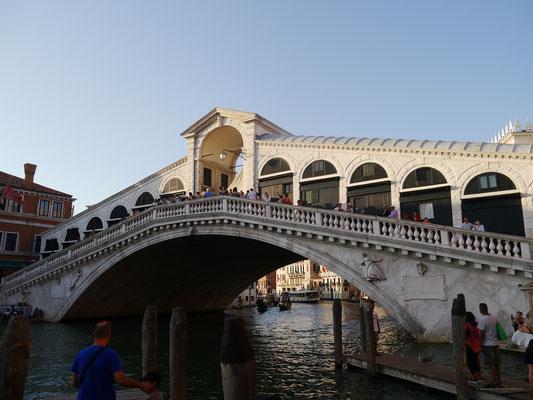 Tialto-Brücke vom Kanal aus gesehen