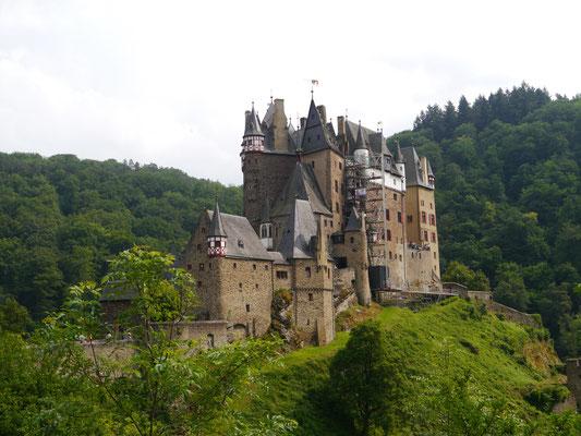 Burg Eltz vom Waldweg aus gesehen