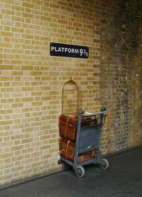 """... und hinten in der Halle: """"Gleis 9 3/4"""" mit Harrys Gepäckwagen"""
