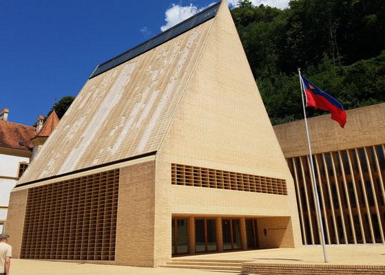 Eigenwilliger Bau des Landtags des Fürstentum Liechtensteins