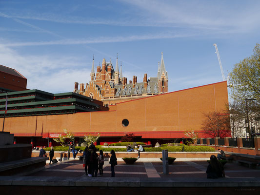 Dach von St. Pancras hinter der britischen Nationalbibliothek