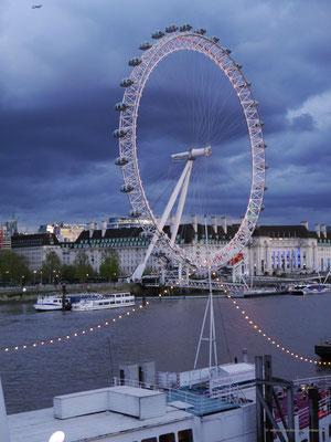 Dramatische Abendstimmung am London Eye, aber ohne Regen