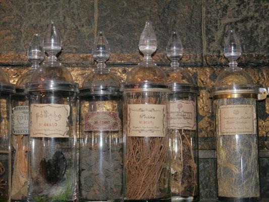 Hunderte von echten Glasflaschen, handschriftlich beschriftet, real befüllt