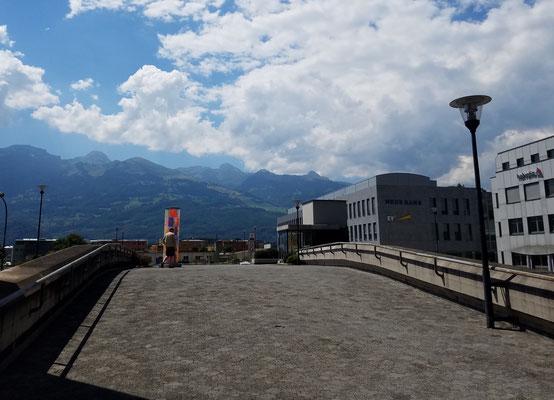 Hinten tolle Bergkulisse, vorne dominierende Bankgebäude