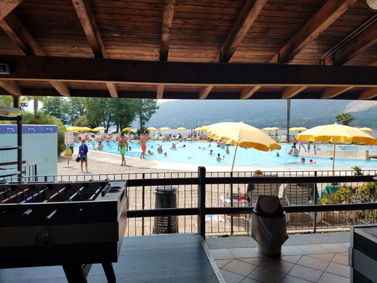 Poolbar mit Blick auf den Pool
