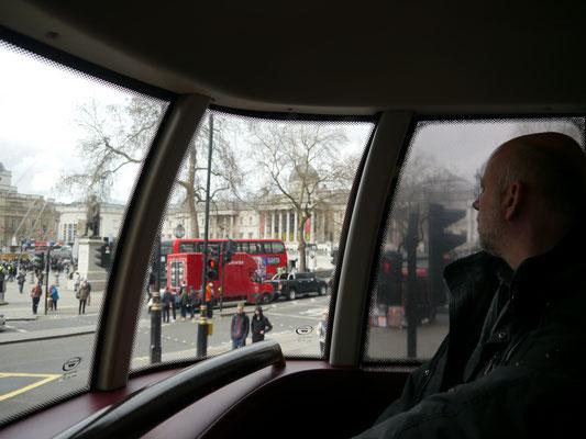 Oben und ganz vorne im Doppeldeckerbus - Sightseeing non-touristisch