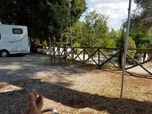 """Blick auf die nächsttiefere """"Terrasse"""", hinter'm Womo: Fußweg zum Waschhaus"""