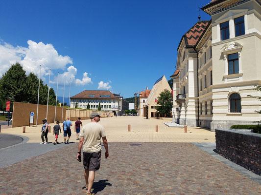 Zu Beginn der Fußängerzone gleich rechterhand das Regierungsgebäude