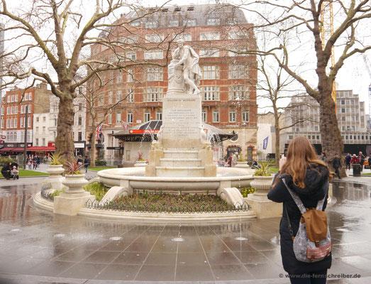 Wasserspiele am Leicester Square mit Shakespeare-Denkmal in der Mitte