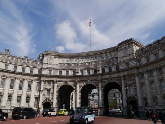 """Admiralty Arch (Triumphbogen) am östlichen Ende von """"The Mall"""""""