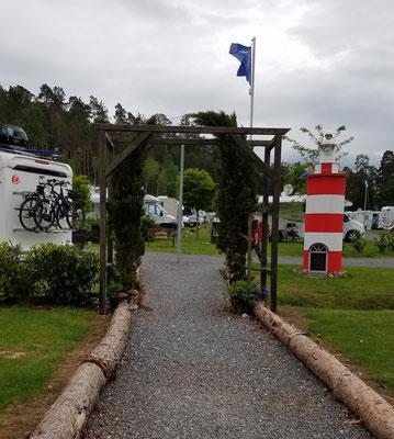 Fußweg zur Platzseite am See