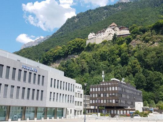 Auch hier: oben Schloss, unten Geldinstitute