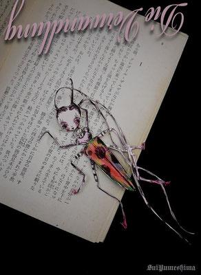 2015  pen + PC / Photo /mixed-media フランツ・カフカ(Franz Kafka)の「変身」(Die Verwandlung) はさみでチョキチョキ本にちょこん