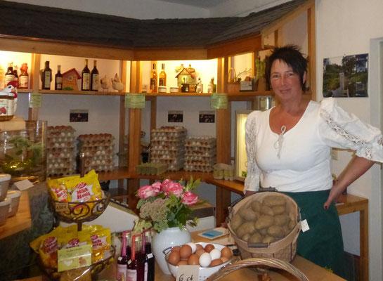 Inhaberin: Monika Brandburg im Verkaufsraum