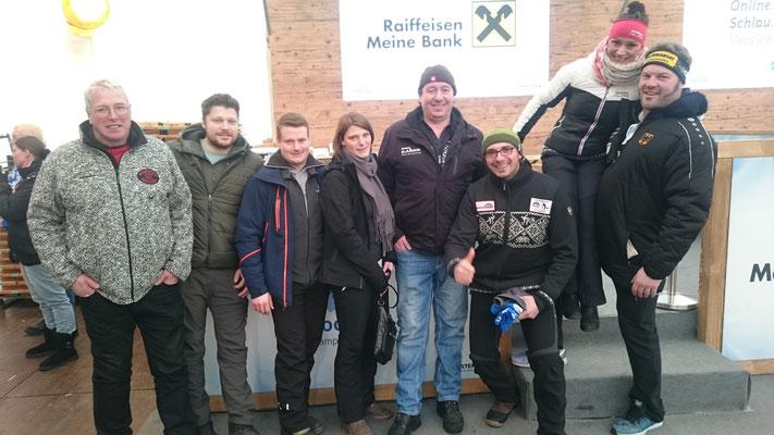 Gruppenfoto mit dem Bronzemedaillengewinner im Weitenwettbewerb Peter Rottmoser