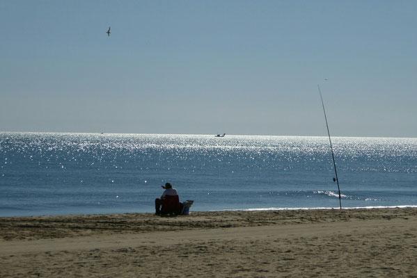 - ein Angler genießt die Ruhe