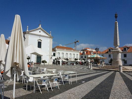 - der zentrale Platz mit der Kirche