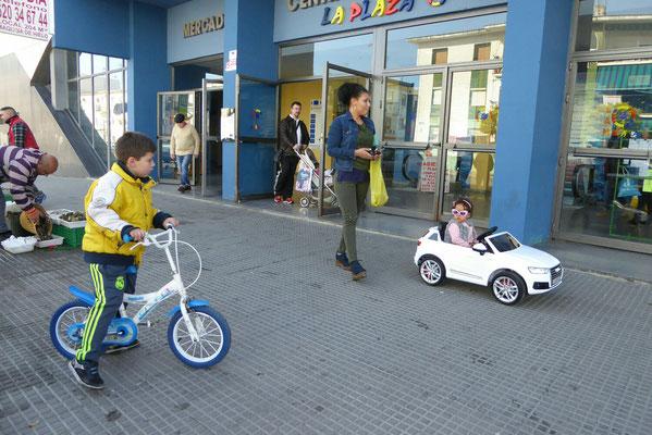 - vor der Fischhalle | Mutter steuert Kind fern