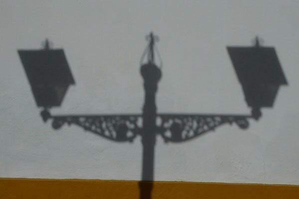 - Lampenschatten a. d. Friedhofsmauer