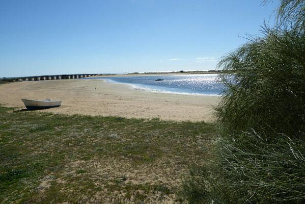 - Blick auf die Lagune mit Brücke