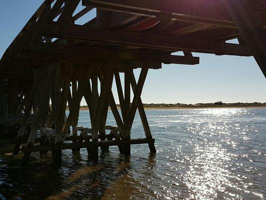 - die Brücke zum Hauptstrand