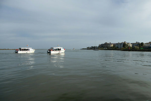 - hinter den Booten der Atlantik | Isla Canela rechts