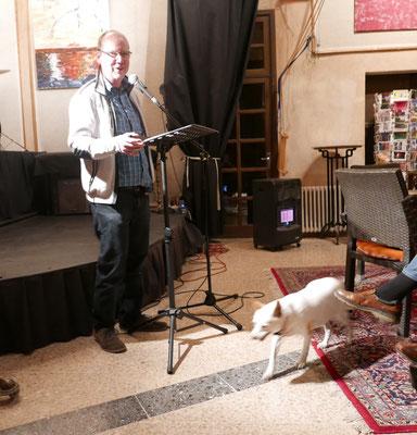 Verleger: Ulrich Wellhofer mit tierischem Literaturfan