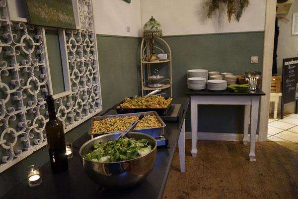 Das Büfett mit Paella und Käsespätzle