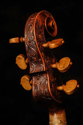 the decorated scroll of the violone, varnished - violworks