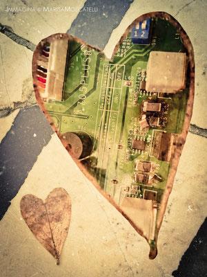 Cuore programmato - Il simbolo dell'amore presente in due condizioni opposte che si pongono come metafore della prevalenza, o del prevalere, dell'amore tecnico, oggettivo, all'Amore imprescindibile e trascendentale.