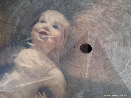 Intrappolata - In un iride composta da mattoni erosi che sembra interpretare lo sguardo di chi ha vissuto tanto con una piccola pupilla che scruta l'interno dei propri ricordi che invecchiando divengono limpidi,.