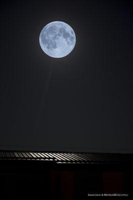Luna calda - Le silenti e quieti notti sono muse ideali per illuminare i binari da perseguire al fine di raggiungere il colmo del tetto da varcare.