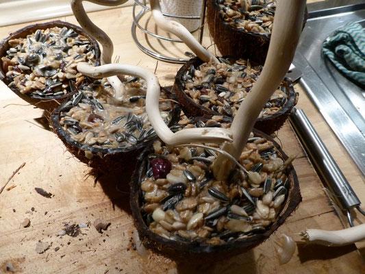 Fertig gefüllte Schale mit Haltestöckchen