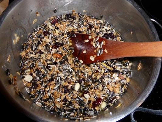 So in etwa sollte die Masse aussehen, dann hält das Futter gut in den Schalen, ohne rauszubröseln und enthält nicht zu viel Fett