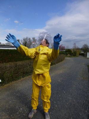 Bastian im Schutzanzug - Angst vor Pestiziden!