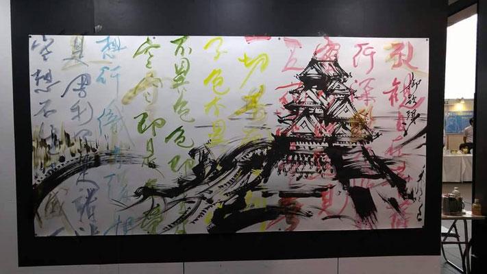 墨絵:御歌頭氏(城画) 背景彩字:本山裕子 Rainbow Heart Sutra(般若心経) 販売可 約2m×4m