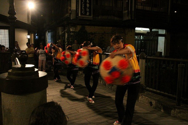 5月~10月まで毎週土曜夜 伝統花笠踊り披露