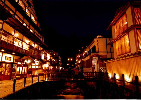 銀山温泉夜景 オレンジ色に染まる温泉街