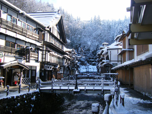 冬の銀山温泉 雪景色が似合います